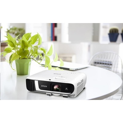 EPSON projektor EB-FH52,1920x1080,4000ANSI, 16000:1,VGA, HDMI, WiFi, Miracast + kamera Sandberg za 490 Kč v ceně 1490 Kč